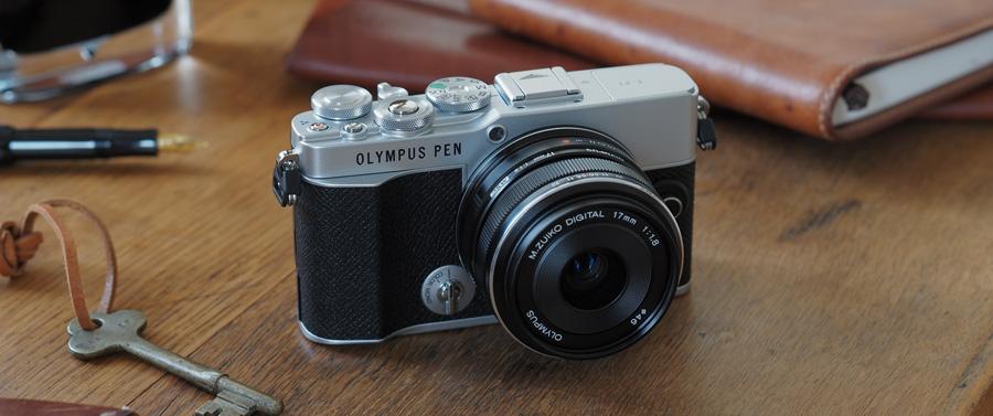 Olympus PEN E-P7 sobre una mesa